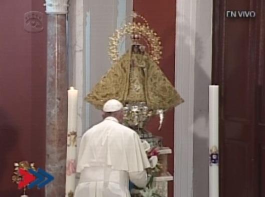 papa_francisco_ofrece_flores_a_la_virgen_de_la_caridad_del_cobre