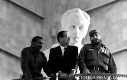 Fidel Castro, Juan Almeida Bosque y el Presidente Osvaldo Dorticós Torrado en la tribuna para participar en el acto por el 1 de mayo de 1966, celebrado en la Plaza de la Revolución.