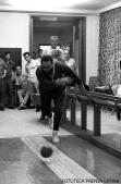 Fidel Castro Ruz, Primer Secretario del CC del PCC, Presidente de los Consejos de Estado y de Ministros, Comandante en Jefe de visita en Rumania en un juego de bolos. Fotos.Joaquin Viñas. Fecha.28.05.1972. PL